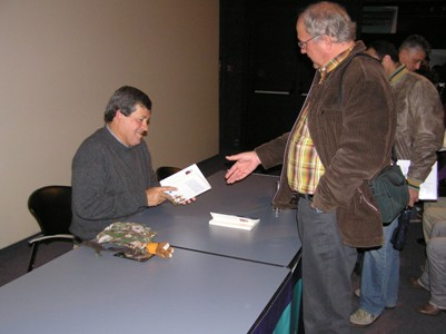 Ruano repasa la dedicatoria de su libro