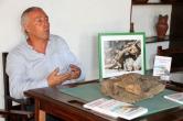 El autor junto a una foto de lagarto