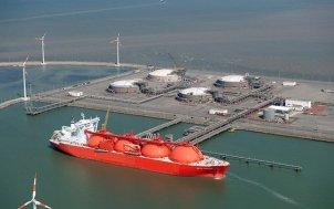 Buque metanero en puerto